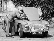 <h5>NOJ393 at Le Mans 1953</h5><p>NOJ393 as model 100 in 1953 under the hands of pipe smoking mechanic (?)</p>